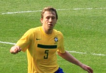 Lucas Leiva fonte foto: Di Ronnie Macdonald - Flickr: Lucas Leiva, Scott Brown and Ramires 1, CC BY 2.0, https://commons.wikimedia.org/w/index.php?curid=15171472