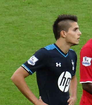 Erik Lamela, fonte By Jon Candy from Cardiff, Wales - DSC04636Uploaded by Dudek1337, CC BY-SA 2.0, https://commons.wikimedia.org/w/index.php?curid=28491570