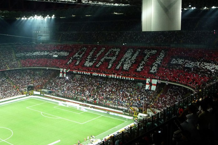 Stadio San Siro, curva del Milan, fonte By nobbiwan - Flickr: 2009-08 Derby- AC Milan vs Inter at San Siro (13 of 19), CC BY 2.0, https://commons.wikimedia.org/w/index.php?curid=20781954