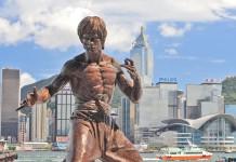 Statua di Bruce Lee ad Hong Kong https://commons.wikimedia.org/wiki/File%3AHong_kong_bruce_lee_statue.jpg