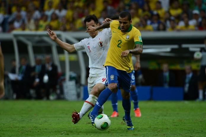 Dani Alves, fonte By Fabio Rodrigues Pozzebom/ABr - Agência Brasil: Jogo entre Brasil e Japão abre a Copa das Confederações, CC BY 3.0 br, https://commons.wikimedia.org/w/index.php?curid=31293801
