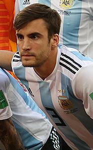 Tagliafico, fonte By Кирилл Венедиктов - https://www.soccer.ru/galery/1055457/photo/733469, CC BY-SA 3.0, https://commons.wikimedia.org/w/index.php?curid=71195978