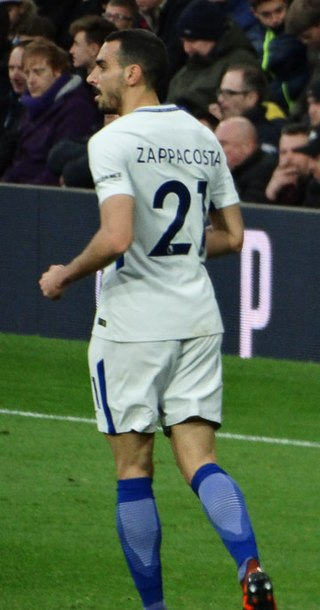 Zappacosta, Chelsea, fonte Di @cfcunofficial (Chelsea Debs) London from London, UK - West Brom 0 Chelsea 4, CC BY-SA 2.0, https://commons.wikimedia.org/w/index.php?curid=64197832