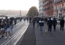 Gente in strada, via Partenope, Napoli
