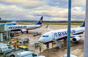 Volo Milano Catania, hostess di Ryanair con febbre e mal di testa: attivate procedure anti Covid