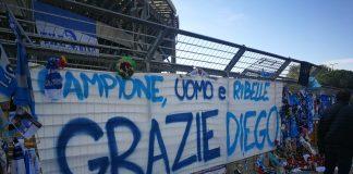 L'omaggio a Diego Armando Maradona, fuori lo stadio - Foto di DailyNews24